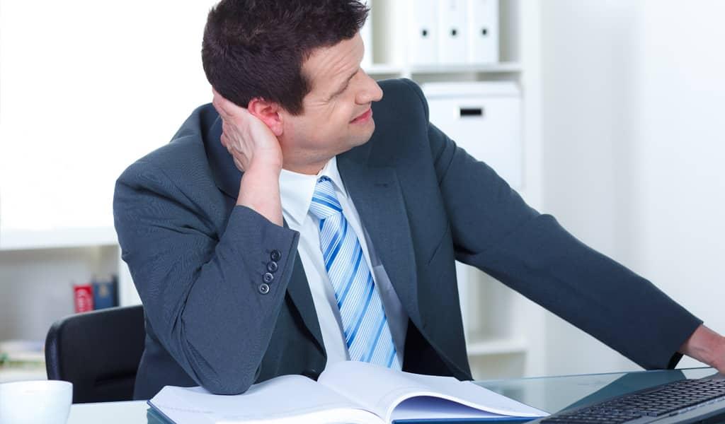 Fehlende Ergonomie am Arbeitsplatz kann zu Nacken- und Kopfschmerzen führen